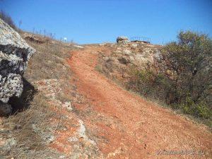 """Резерват """"Яйлата"""" - специфичната червена пътека на входа на резервата"""