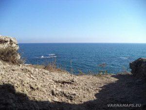 """Резерват """"Яйлата"""" - изглед от входа на скалното жилище"""