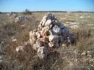"""Резерват """"Яйлата"""" - камена пирамида, която е част от оградната маркировка на резервата"""