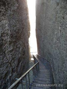 Петрич кале - по стълбата в скалния процеп
