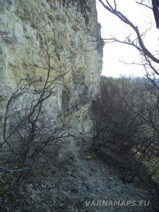 Петрич кале - пътеката под скалите за скален манастир Петрича