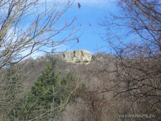 Петрич кале - скален манастир Петрича погледнат от гората