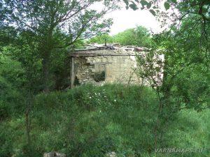 Петров дол - изоставени къщи в началото на маршрута
