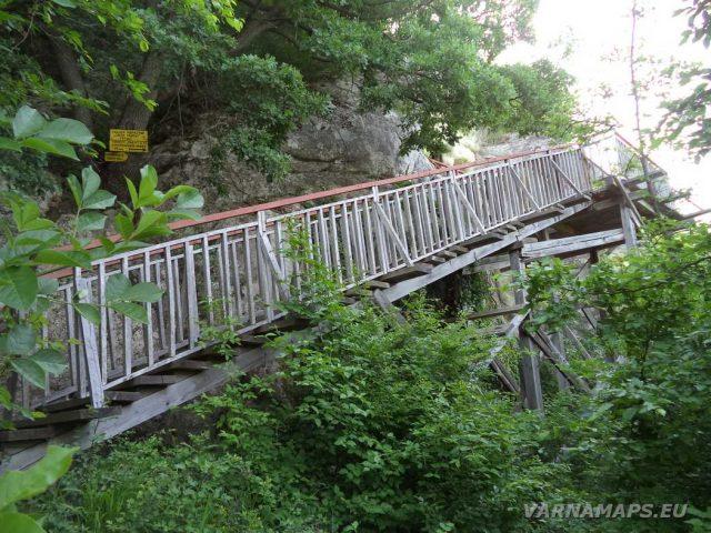 Скален манастир Свети Георги - дървените стълби към манастира