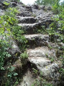 Скален манастир Шашкъните - каменните стълби към платото