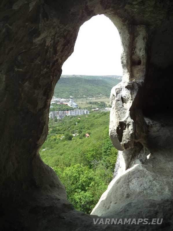 Скален манастир Шашкъните - поглед от отвора към низината