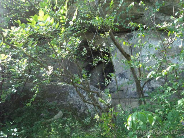 Мадарско плато - малка пещера