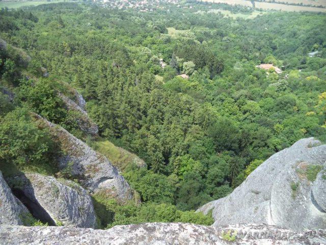 Мадарско плато - поглед от Мадарската крепост към Голямата пещера