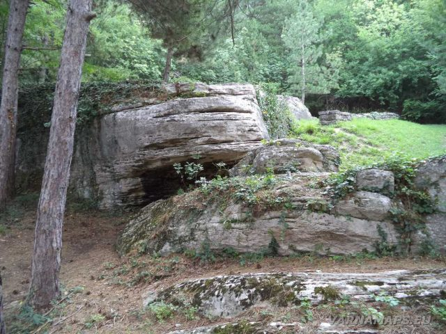 Мадарски конник - интересни скали край комплекс Капище