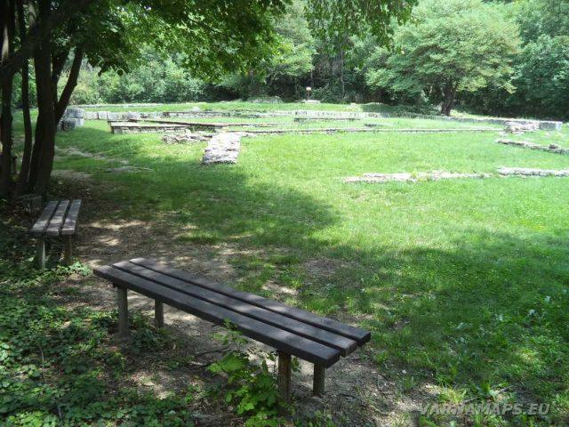 Мадарски конник - пейки за почивка в култов комплекс