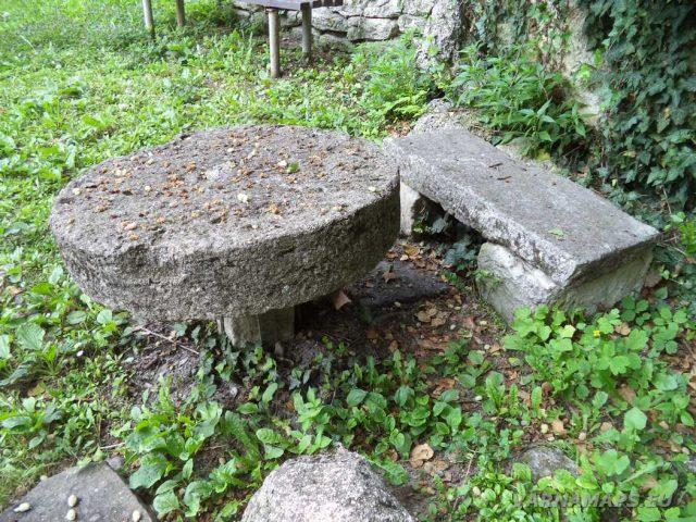 Мадарски конник - каменна маса с пейка