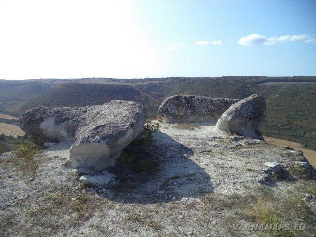 Пробитият камък - култов комплекс