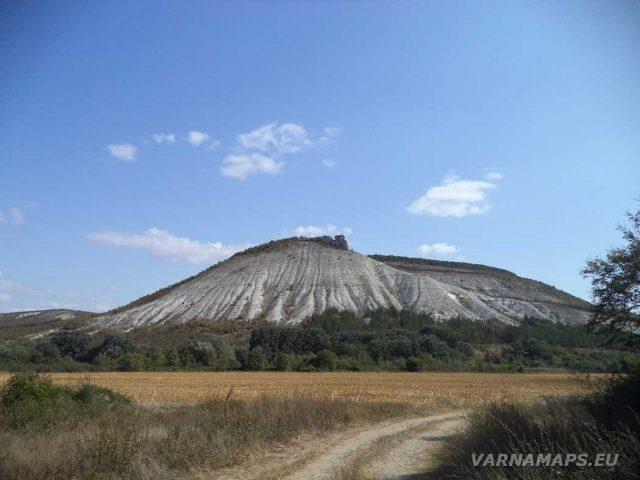 Пробитият камък - погледнат от низината