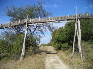 Екопътека Батаклията - дървен канал за вода над пътеката