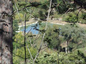 Екопътека Батаклията - поглед към езерото от гората
