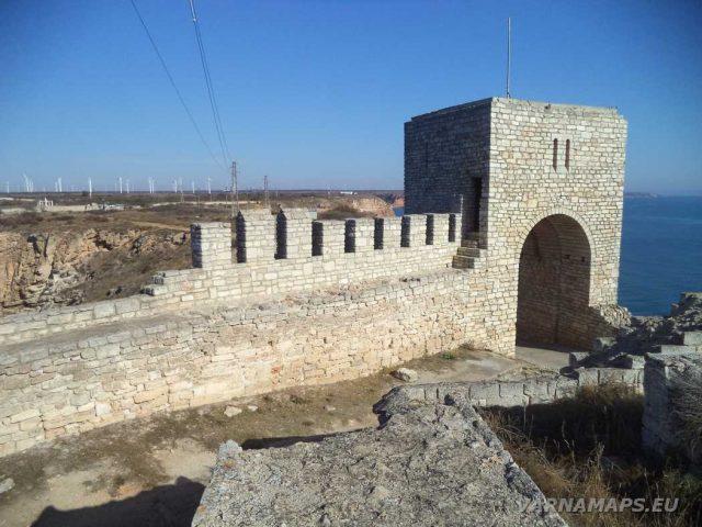 Нос Калиакра - крепостна стена -кула