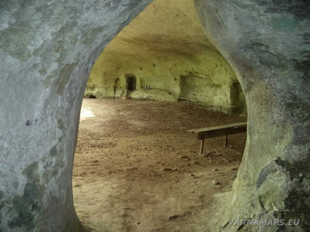 Екопътека Кара пещера - в скалната ниша на манастира