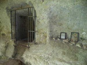Екопътека Кара пещера - иконите в манастира