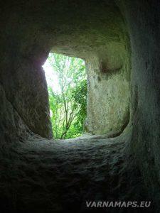 Екопътека Кара пещера - малък тунел в манастира