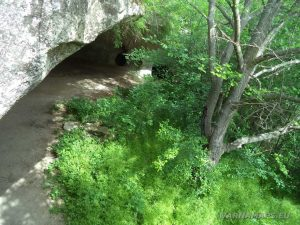 Екопътека Кара пещера - изглед на манастира отгоре