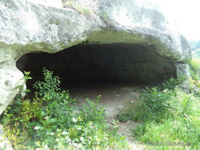 Екопътека Кара пещера - скална ниша край манастира