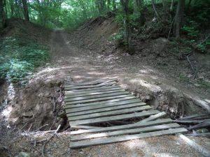 Екопътека Кара пещера - дървен мост над реката