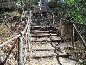 Скален манастир Монасите - дървени стълби към манастира