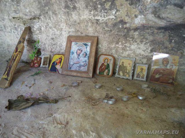 Скален манастир Монасите - иконите в манастира