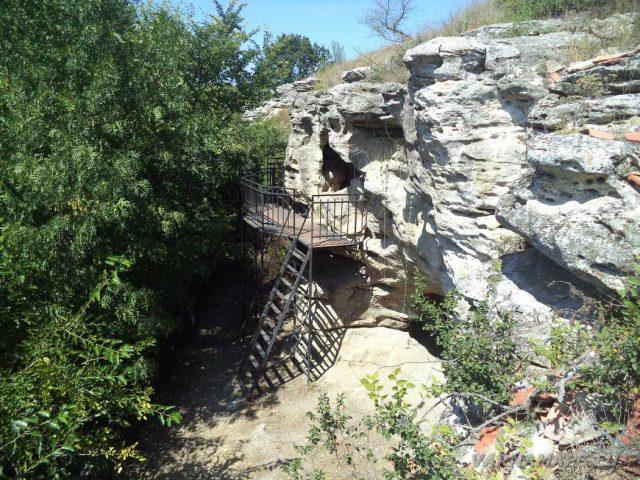 Скален манастир Монасите - поглед отстрани