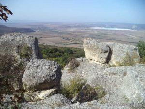 Скалите край античното селище в местност Бобата