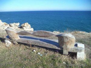 """Екопътека """"Тюленово"""" - дървена пейка край морето"""