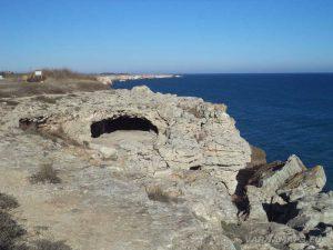 """Екопътека """"Тюленово"""" - малка пещера на брега"""