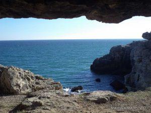 """Екопътека """"Тюленово"""" - поглед от вътрешността на малката пещера"""