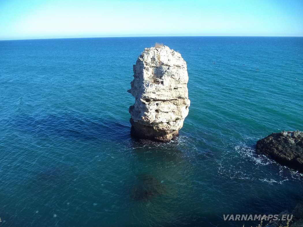 Екопътека Тюленово - висока самотна скала край Скалната арка