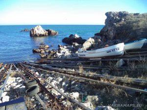 """Екопътека """"Тюленово"""" - рибарски лодки на брега в залива"""