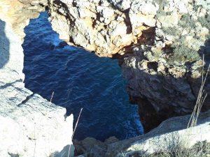 """Екопътека """"Тюленово"""" - дупка в скалите с поглед към морето"""