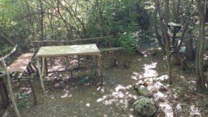 Импровизирано място за пикник - дървена маса с пейки