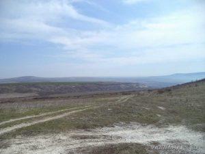 Венчанско кале - черния път в подножието на хълма