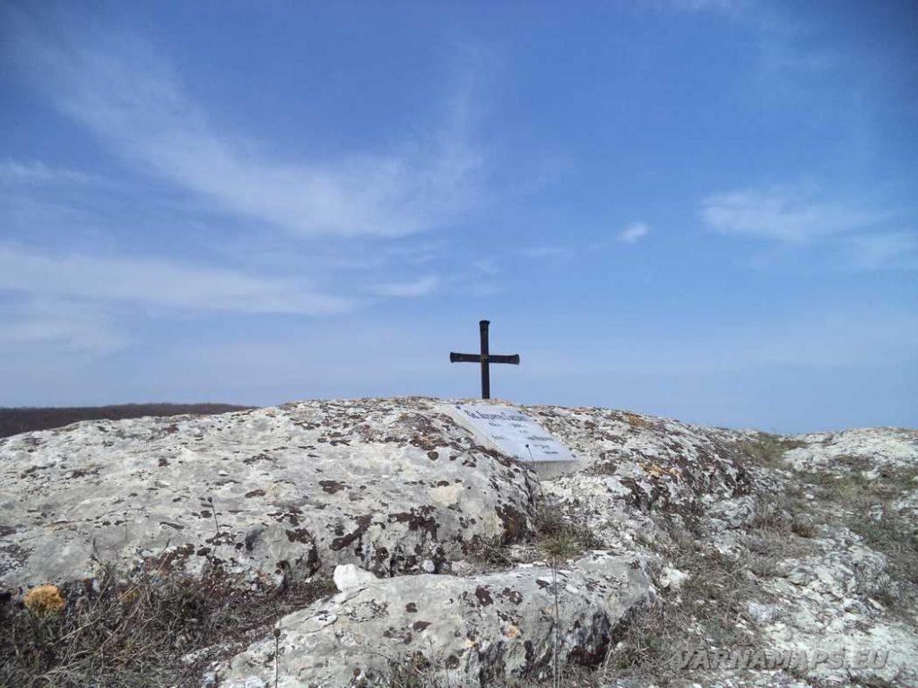 """Венчанско кале - кръста на скалата пред параклис """"Св. Архангел Гавраил"""""""