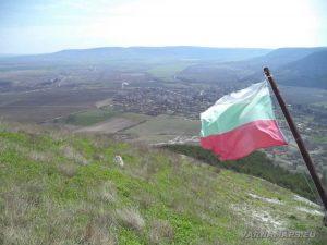 Венчанско кале - изглед от платото на фона на Българския флаг