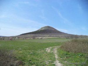 Венчанско кале - поглед към хълма в началото на маршрута край Венчан