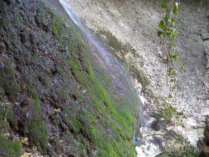 Равненски водопад - красивата зелена скала, по която се стича водата