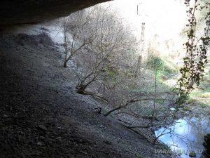 Равненски водопад - изглед от скалната ниша под водопада