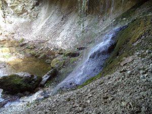 Равненски водопад - под водапада