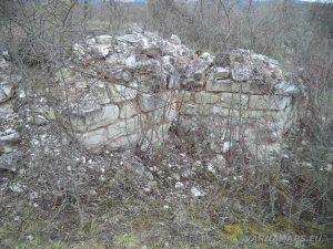 """Останки от стените на средновековен манастир """"Света Богородица"""" - Равна"""