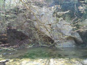 Водопад Орлов камък - езерото под водопада
