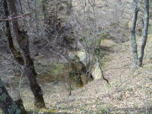 """Водопад """"малкия"""" Скок - поглед към него от поляната горе"""
