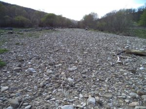 Река Двойница - голям каменен насип край реката