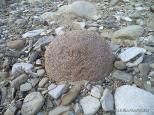 Река Двойница - интересен объл камък с червен цвят
