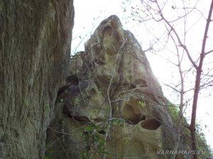 Водопад Скока - интересна скала край водопада изпълнена с кухини